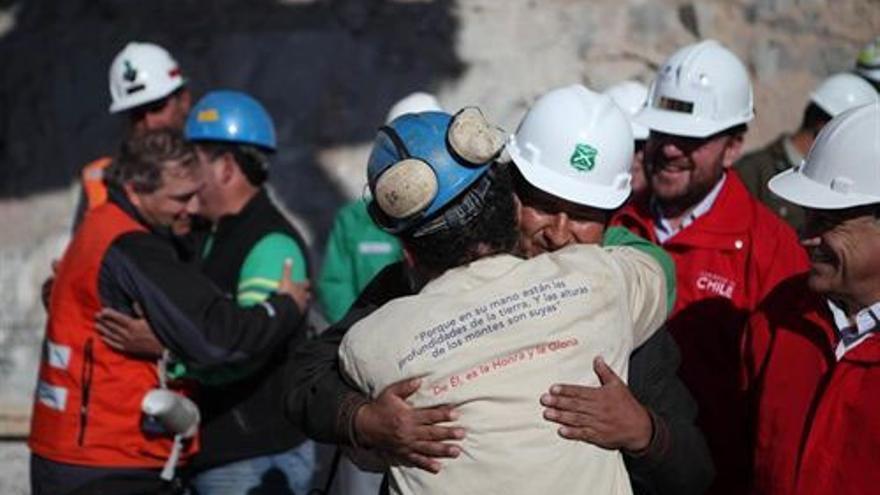 Abrazos en la mina chilena. (EUROPA PRESS)