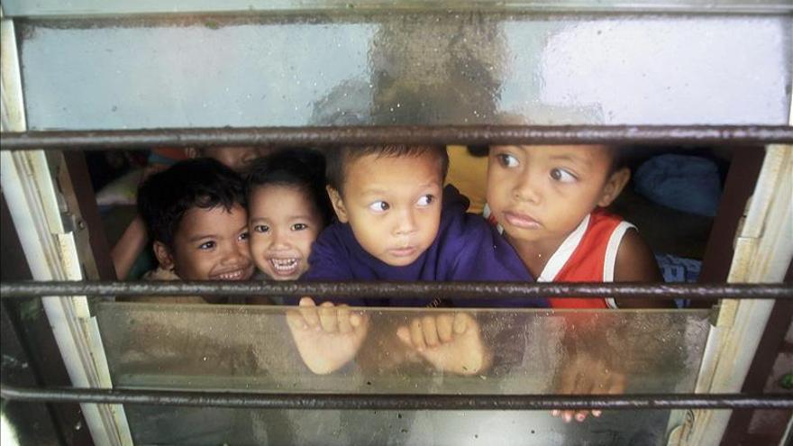 Al menos dos muertos y 520.000 evacuados en Filipinas por el tifón Hagupit