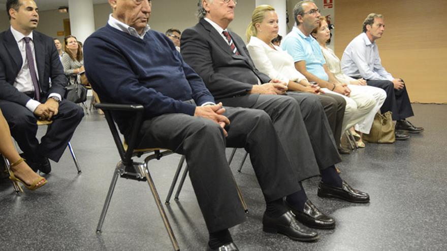El expresidente del Cabildo de Lanzarote y fundador del Partido Independiente de Lanzarote (PIL), Dimas Martín, junto a el ex viceconsejero de Justicia del Gobierno de Canarias, Francisco José Battllori | Ardiel Perdomo