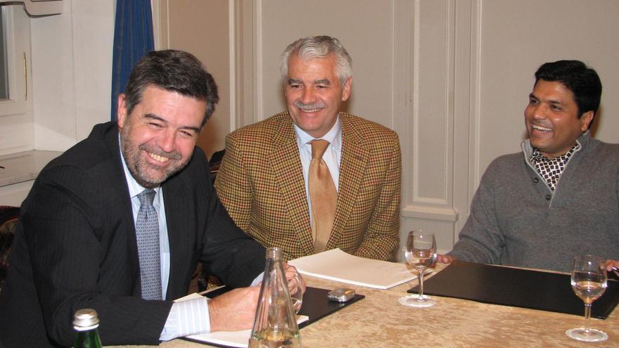 Ángel Agudo con Francisco Pernía y Ahsan Ali Syed durante la reunión previa a la venta del Racing en Zúrich.
