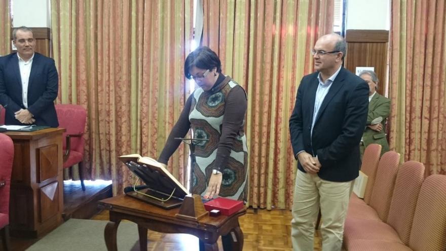 Mayte Rodríguez (PP) este martes, durante su toma posesión como consejera del Cabildo, y el presdente de la Corporación insular.