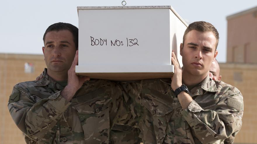 Funeral de las personas que murieron después de que su barco volcara en la costa de Libia, provocando el naufragio con mayor número de víctimas mortales/ Fotografía: AP/PhotoAlessandra Tarantino
