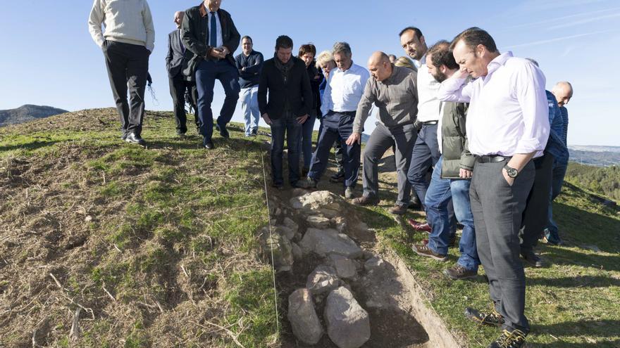 Visita de las autoridades a los restos arqueológicos en la Sierra del Dobra. | NACHO ROMERO