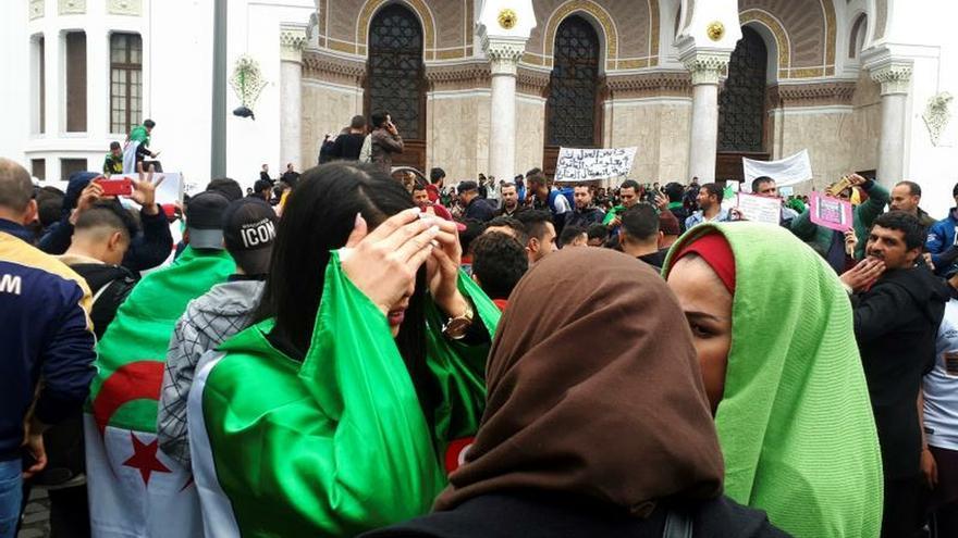 Las mujeres izan la bandera contra la corrupción del régimen en Argelia