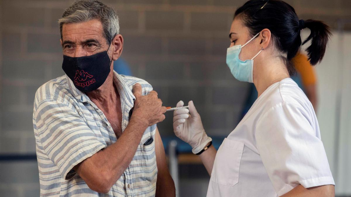 Una enfermera del Servicio Murciano de Salud inyecta a un ciudadano una dosis de la vacuna contra el Covid-19. EFE/Marcial Guillén/Archivo