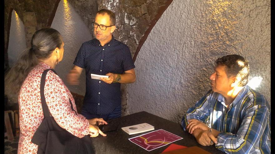 Elsa López, con Andrés Carmona (derecha), en Bodegas Tamanca.