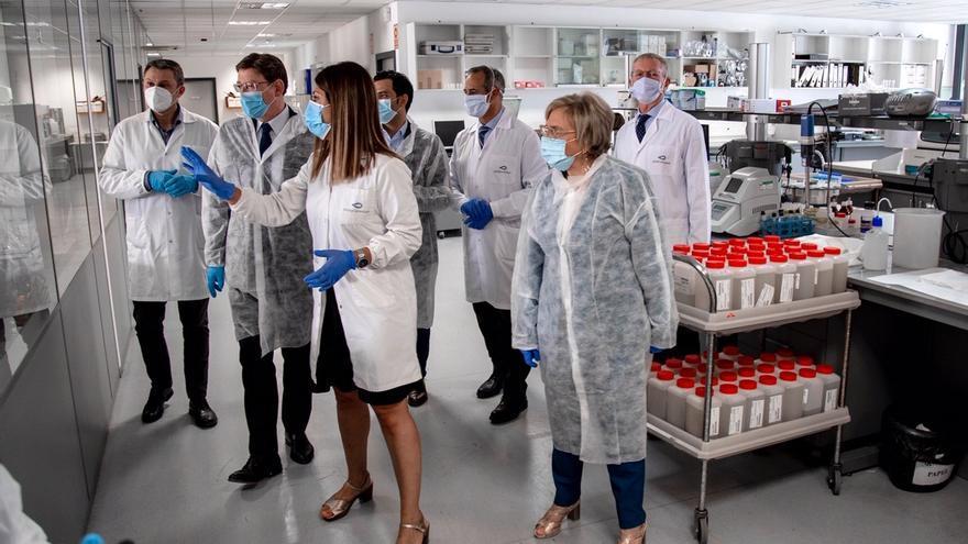 El presidente de la Comunitat Valenciana, Ximo Puig, visitando el Laboratorio de Calidad de Agua de Global Omnium.