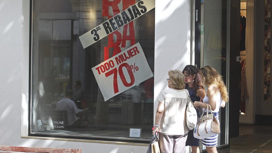 La venta de ropa en rebajas se eleva del 25 a casi el 40 por ciento por la crisis