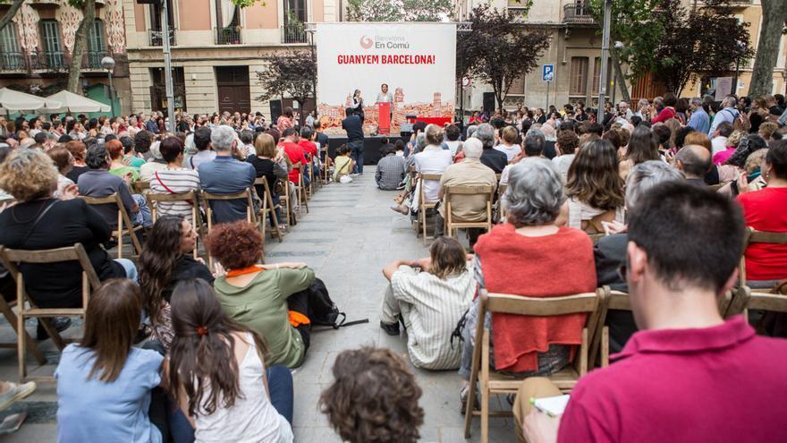 Ada Colau i Teresa Forcades han emplenat la plaça de la Virreina de Gràcia / ENRIC CATALÀ