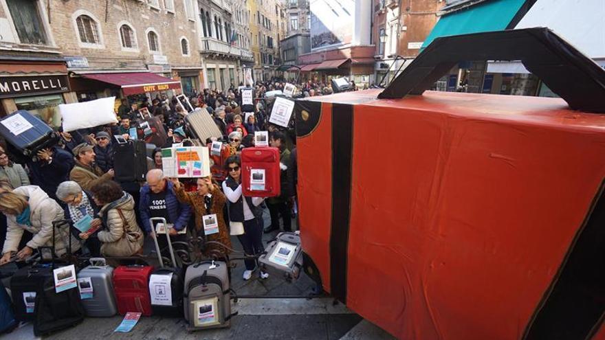 Los venecianos protestan maleta en mano contra la despoblación