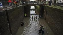 Un botín de objetos insólitos en el fondo del parisino canal Saint Martin
