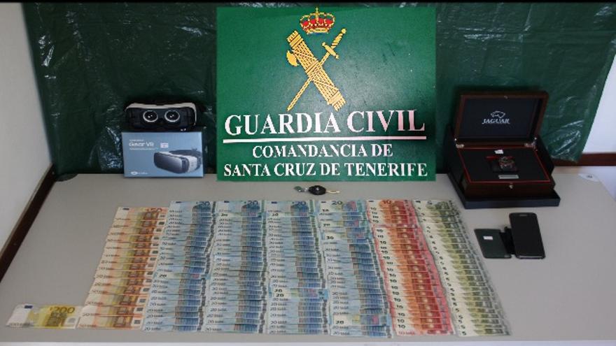 En la imagen, dinero y objetos incautados por la Guardia Civil. Foto: GUARDIA CIVIL.
