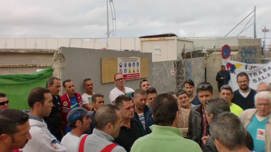 Piquete a las puertas del complejo deportivo de La Cícer. FOTO: Frente Sindical Obrero de Canarias.