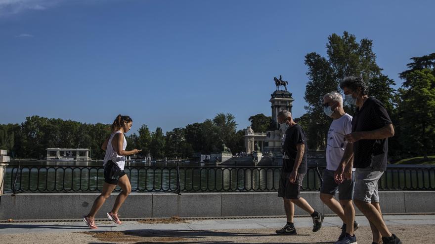 Varias personas paseando en el parque del Retiro después de la apertura de parques en la fase 1 en Madrid.