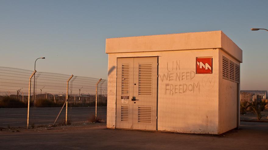 Pintada a la entrada del campo de detención de Holot, en el desierto del Néguev.   Foto: Isabel Cadenas Cañón.