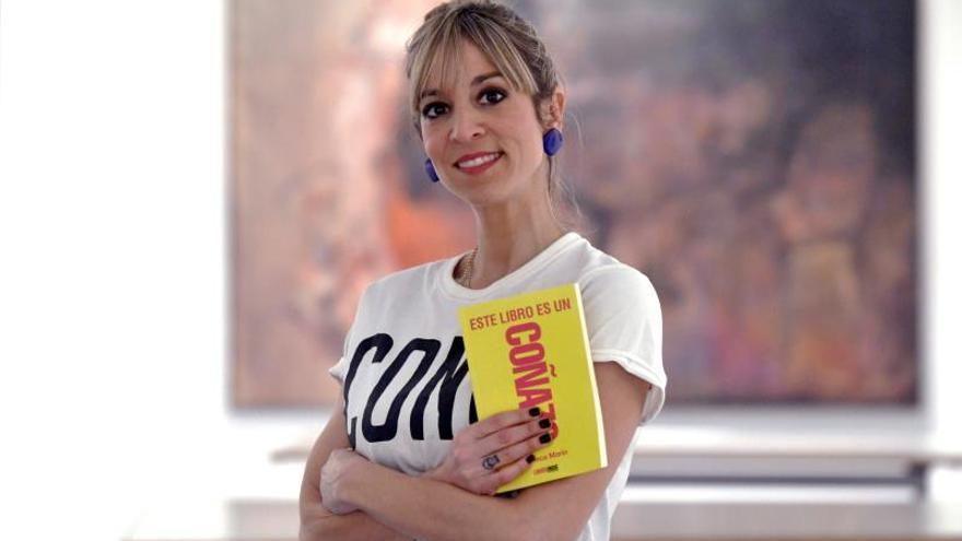 La periodista y escritora Rebeca Marín posa para la Agencia Efe momentos previos a la presentación de su libro este viernes en Segovia.