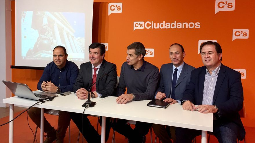 Toni Cantó y Vicente Ten junto a Fernando Giner en la presentación del 'La oficina del diputado'