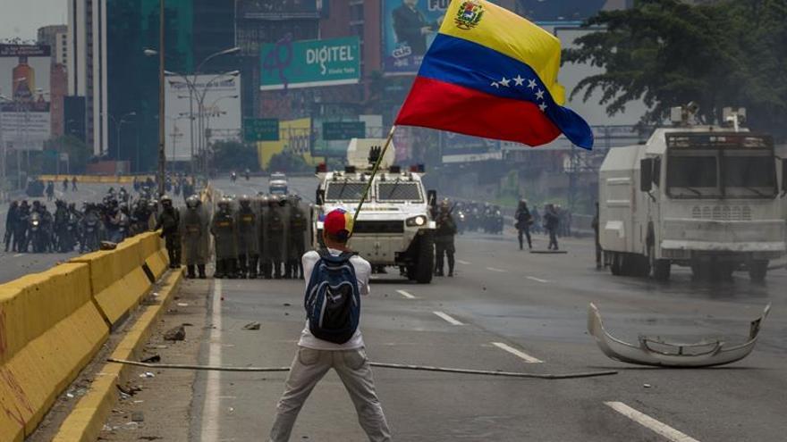 Dispersan con gases una protesta de estudiantes en una universidad de Venezuela