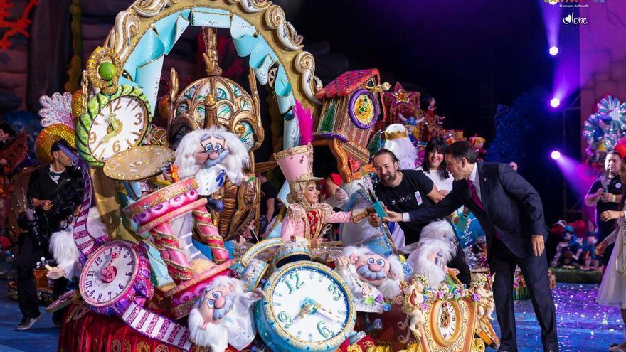 Ylenia Rodríguez Domínguez, reina infantil del Carnaval chicharrero en 2019, junto al alcalde José Manuel Bermúdez