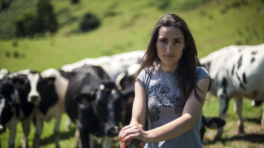 Sara Alonso tiene una vaquería familiar en Villanueva desde los 23 años. JOAQUÍN G. SASTRE