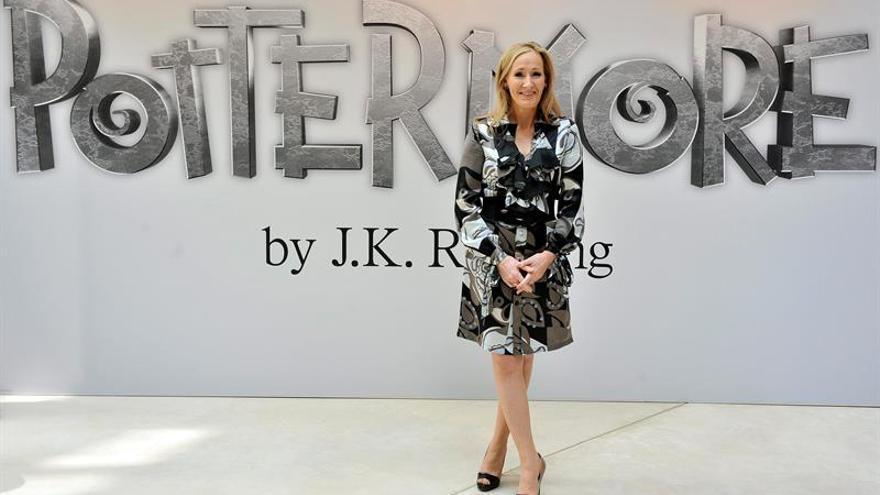 Rowling cuelga cartas de rechazo de editoriales a su novela con pseudónimo