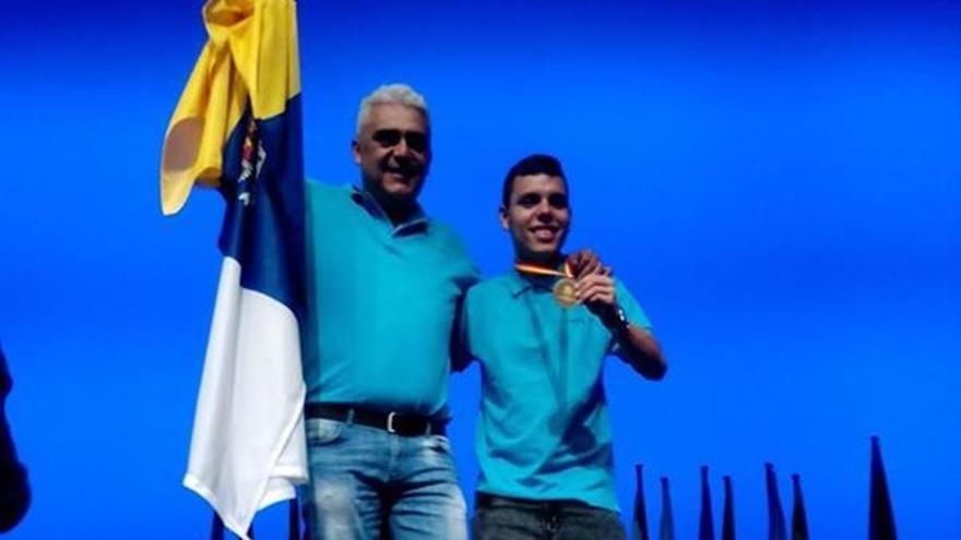 El alumno Wiiliam Lorenzo en el pódium junto a su profesor.