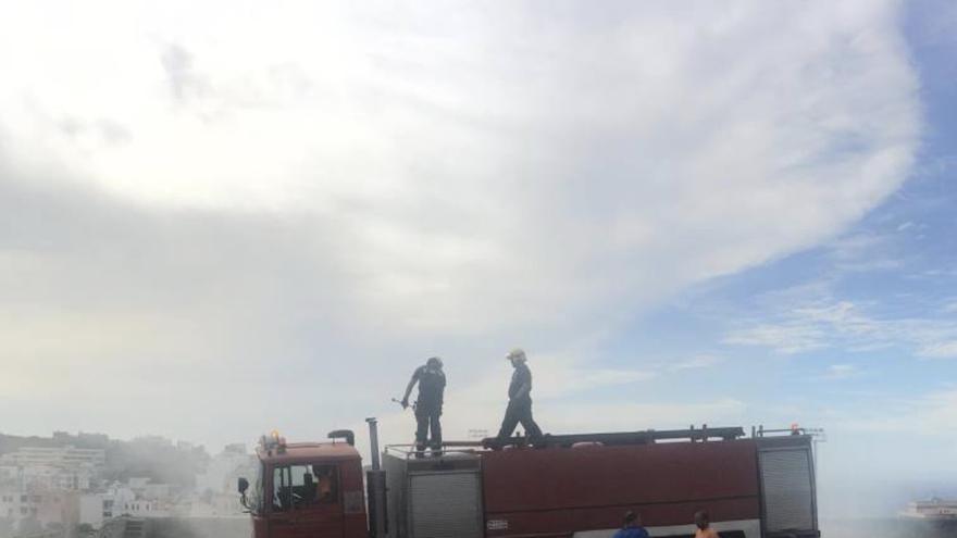 En las tareas para sofocar el incendio han intervenido desde primera hora que se tuvo constancia del fuego efectivos  Bomberos La Palma, Policía Local y operarios municipales. Foto: Facebook Ayuntamiento de Los Llanos.