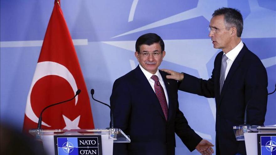 El primer ministro turco, junto al secretario general de la OTAN.