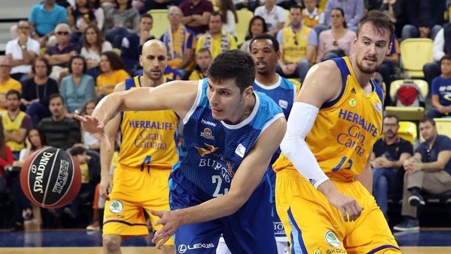 El pívot serbio del Burgos Goran Huskic intenta avanzar con el balón ante la oposición del pívot checo del Herbalife Ondrej Balvin. EFE/Elvira Urquijo A.