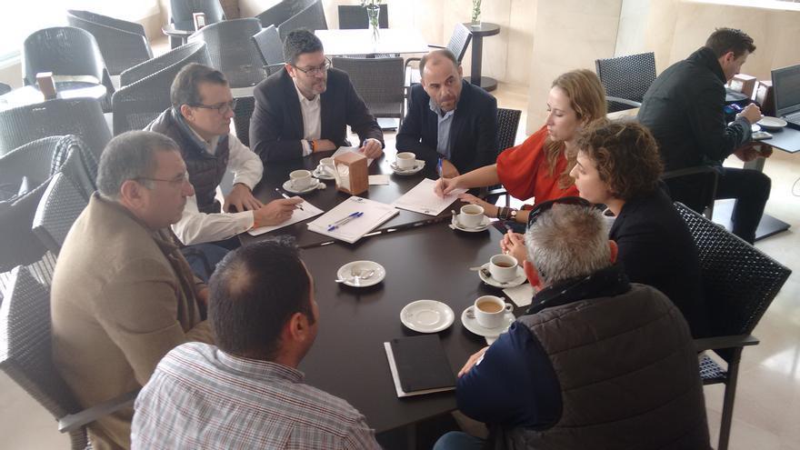 Representantes de C's con miembros del sector turístico en Águilas