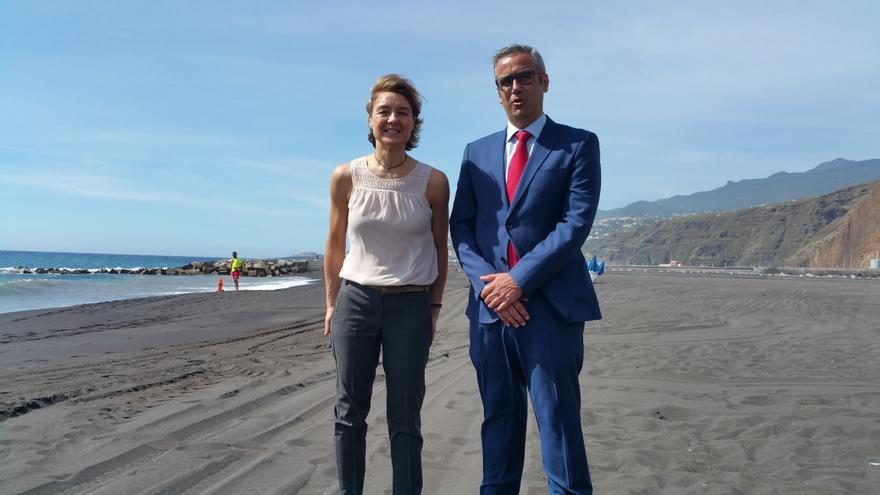 García Tejerina y Sergio Matos este martes en la playa de la capital. Foto: LUZ RODRÍGUEZ.