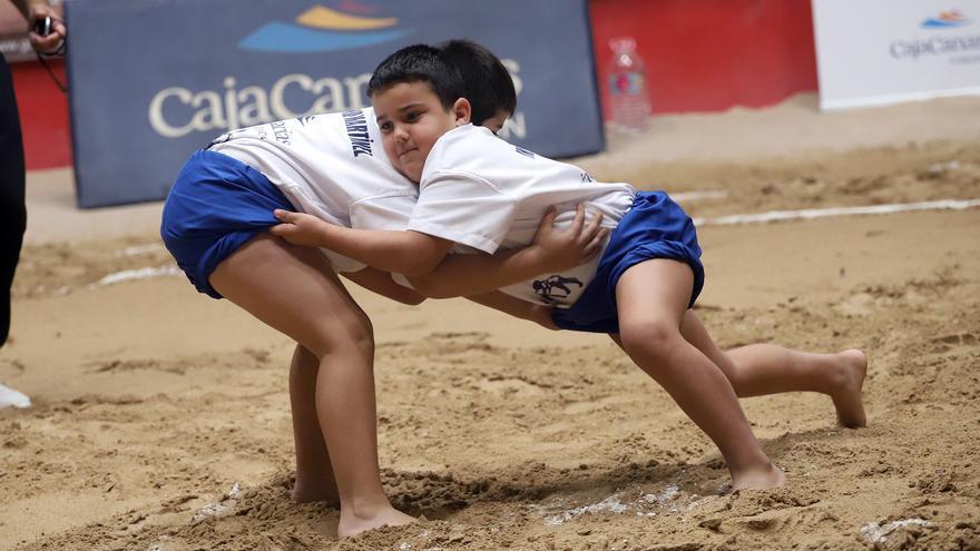 Momento de una de las luchadas en categoría masculina del torneo.