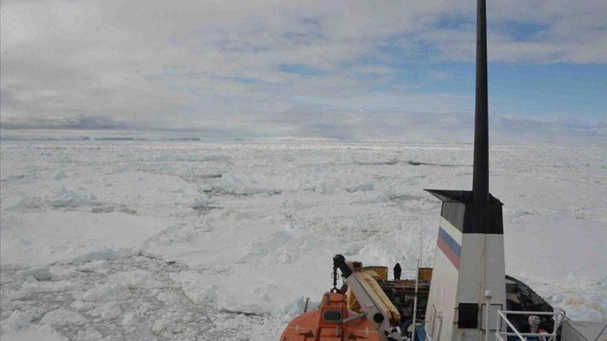 Aprueban la evacuación de 52 pasajeros varados en un barco en la Antártida