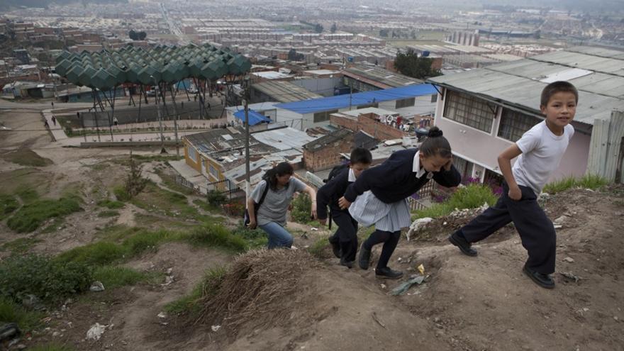 Marta Leyton y sus hijos vuelven a casa tras la escuela. (Salvador Campillo/Ayuda en Acción)