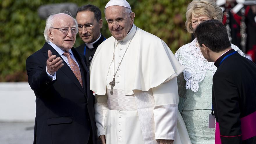 El Papa Francisco, recibido por el presidente de Irlanda, Michael D. Higgins, a su llegada al país