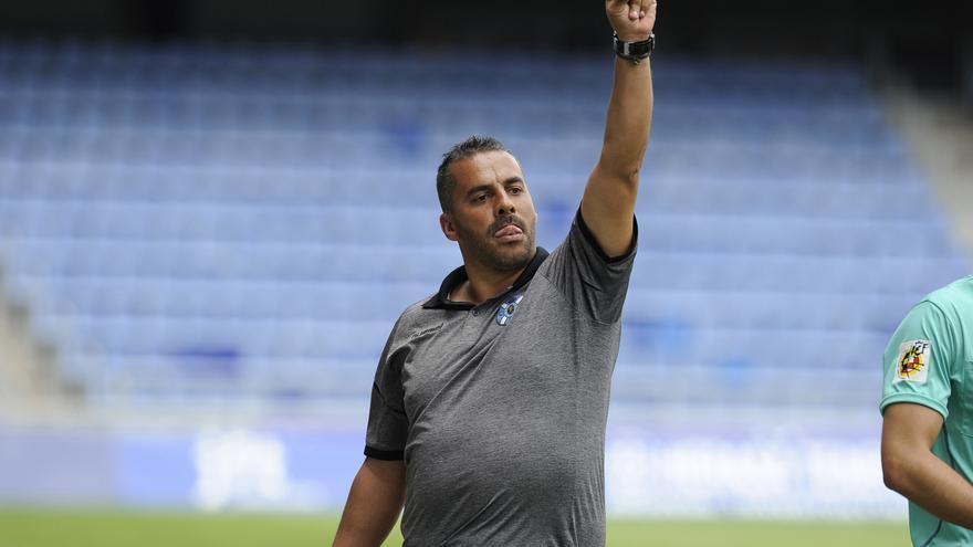 Leandro Cabrera dirigiendo un partido del CD Tenerife B