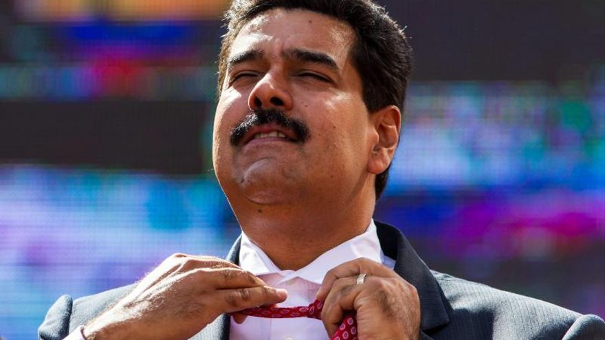 Maduro adopta un gato en el lanzamiento de un programa para mascotas abandonadas