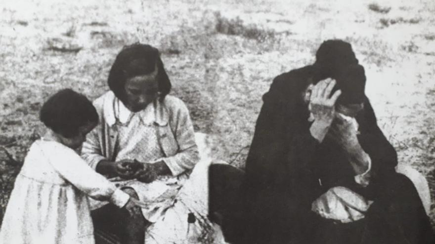 Nicolasa Ugartemendia y sus dos nietas en la playa de Hendaya, unas de las primeras personas refugiadas que salieron de Gipuzkoa