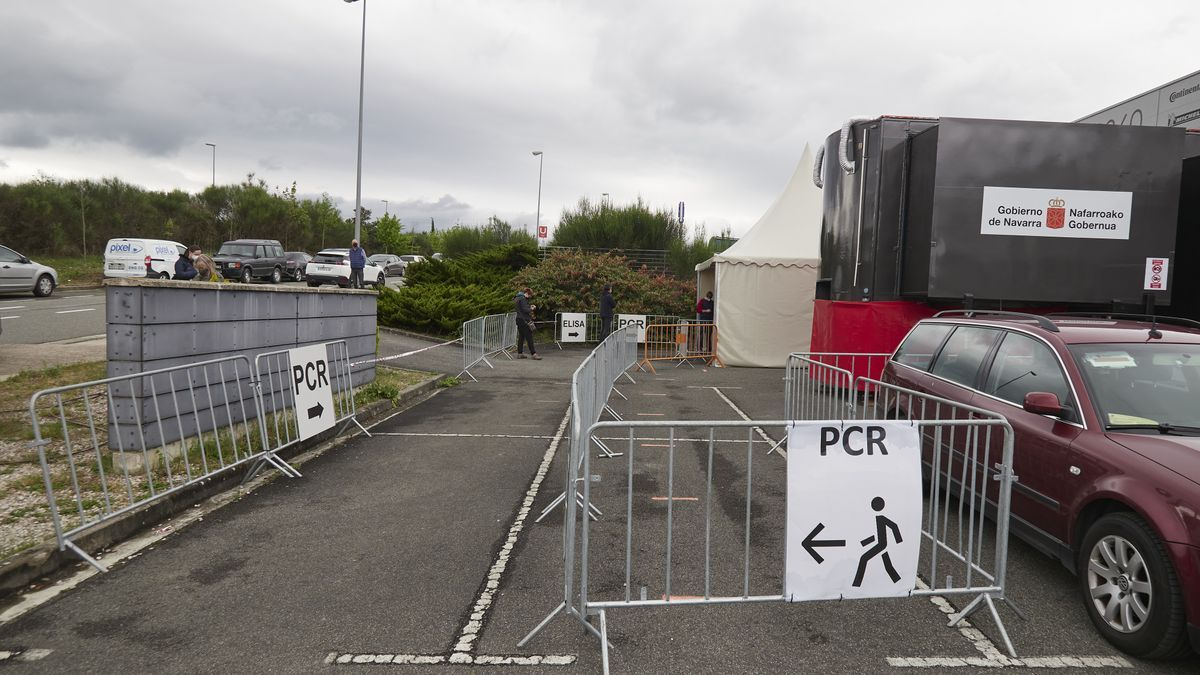 Varios carteles indican la dirección para someterse a un test PCR en Pamplona.