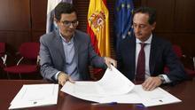 El consejero de Obras Públicas del Gobierno de Canarias, Pablo Rodríguez, y el gerente de la UTE adjudicataria de la segunda fase de la carretera de La Aldea, Mario Cáceres.
