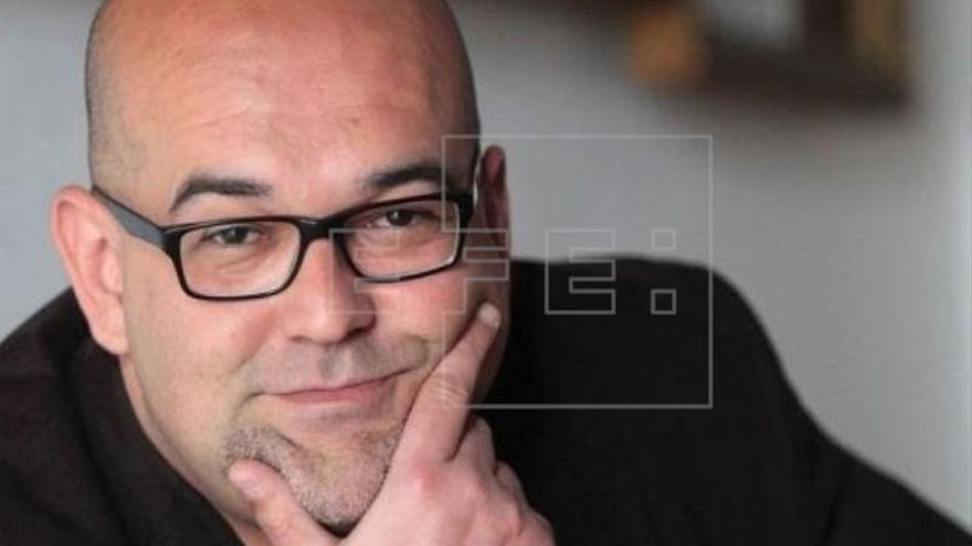 Ravelo: Me até una bolsa en la cabeza y cronometré para escribir mi novela