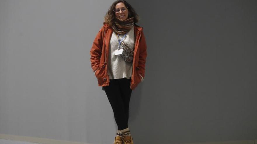 """La  activista brasileña Paloma Costa durante una entrevista con la Agencia Efe en la sociedad civil no esté apenas presente en esta cumbre durante la tercera jornada de 25 Conferencia de las Partes del Convenio Marco de Naciones Unidas sobre Cambio Climático (COP) bajo el lema """"Tiempo de actuar"""" la Cumbre del Clima."""