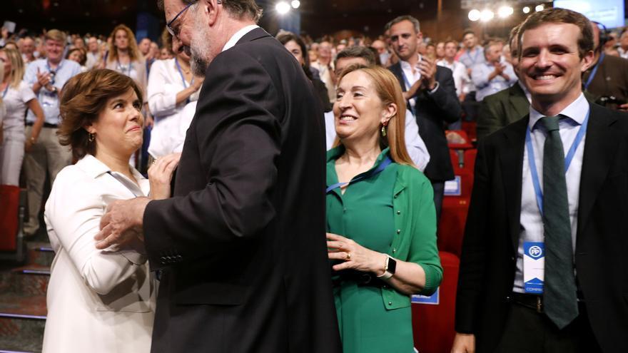 Mariano Rajoy saluda a Soraya Sáenz de Santamaría en el congreso del PP.