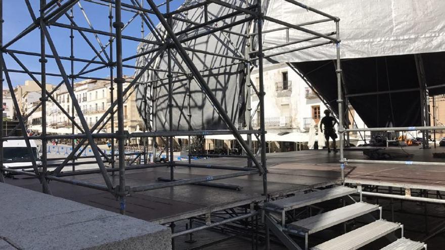 Este martes comenzaron los trabajos de montaje de los escenarios del Womad en Cáceres. En la imagen, el de la Plaza Mayor.