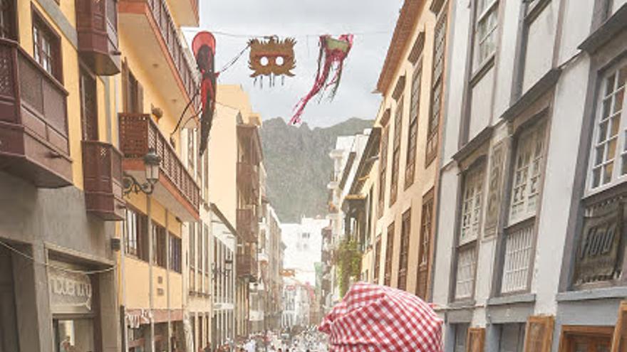 Los Indianitos, en un singular desembarco-pasacalles hecho a su medida, han recogido la Calle Real  de Santa Cruz de La Palma