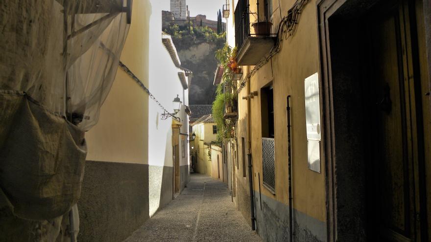 Contrastes: en la Calle Gloria hay una decena de viviendas turísticas, pero también inmuebles en ruinas