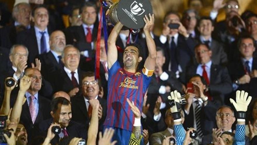 Xavi Hernández levanta la Copa de Rey (EUROPA PRESS).