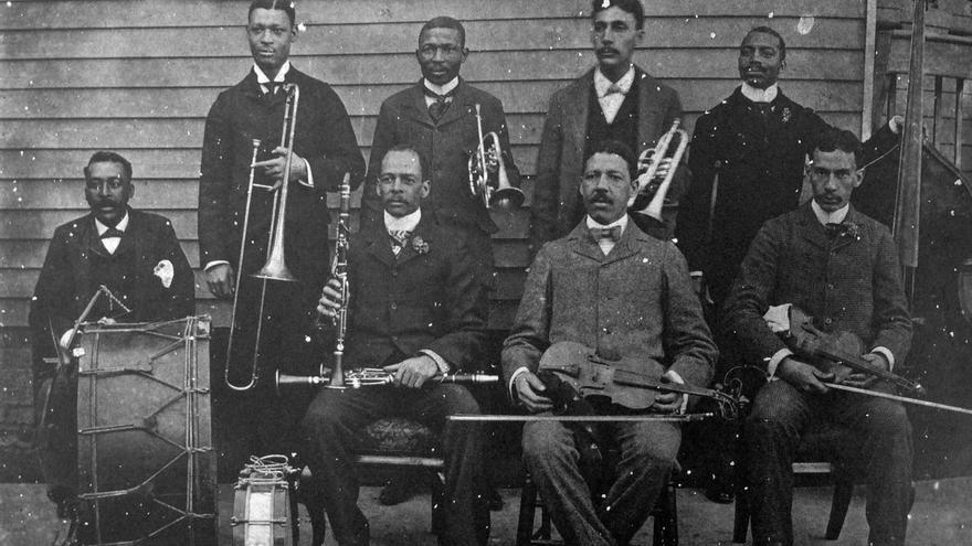 La orquesta de John Robichaux (sentado, tercero por la izquierda) en 1896