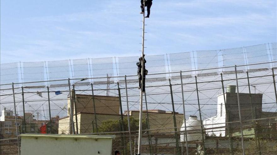 Entre 1.500 y 2.000 inmigrantes esperan para saltar la valla de Melilla