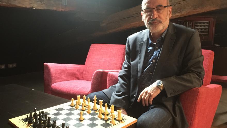 Fernando Aramburu posa junto a un tablero de ajedrez antes de la entrevista.